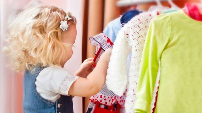 Niña eligiendo ropa