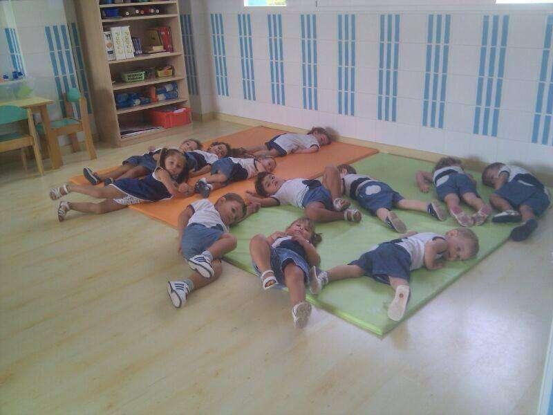 niños haciendo gimnasia eliana